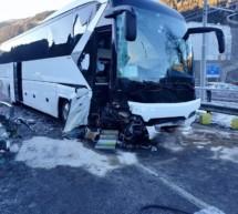 Reisebus prallt gegen Pkw