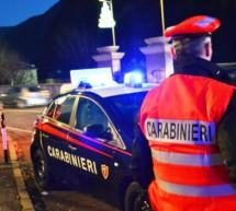 Frau attackiert Carabinieri