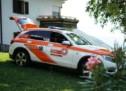 Sportwagen prallt gegen Baum