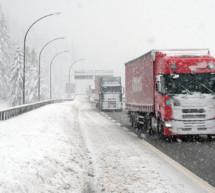 Schnee auf Autobahn