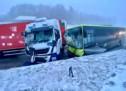 Bus kracht gegen Lkw
