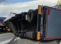 Lkw kippt nach Unfall um