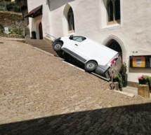 Transporter vor der Kirchentür