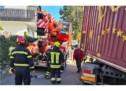 Feuerwehr befreit Lkw